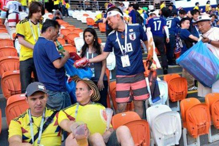 日球迷赛后捡垃圾,全世界为之感到动