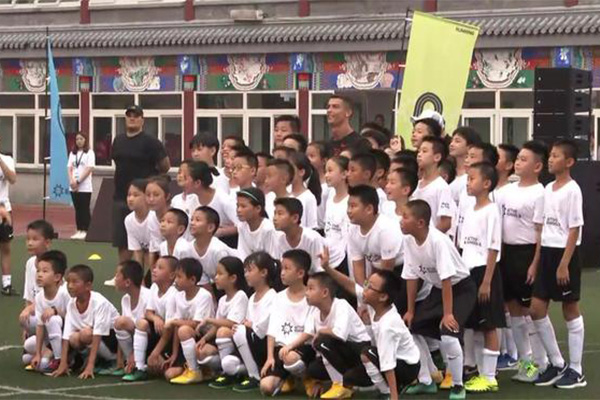 C罗给中国捐足球场