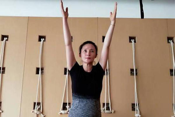 蒋勤勤怀二胎健身,费力做瑜伽动作的样子超可爱