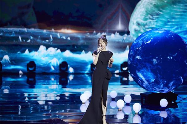 上合电影节闭幕,白百合现场献唱黑色礼服精致典雅
