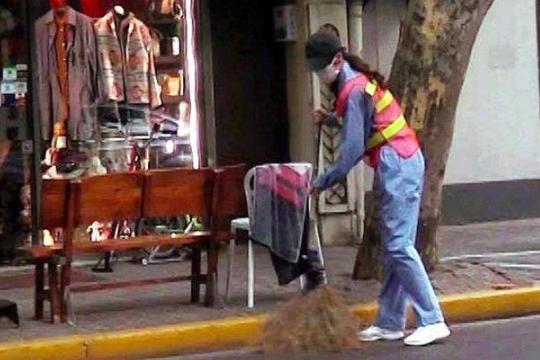 唐嫣化身清洁工,应节目要求体验12种不同职业