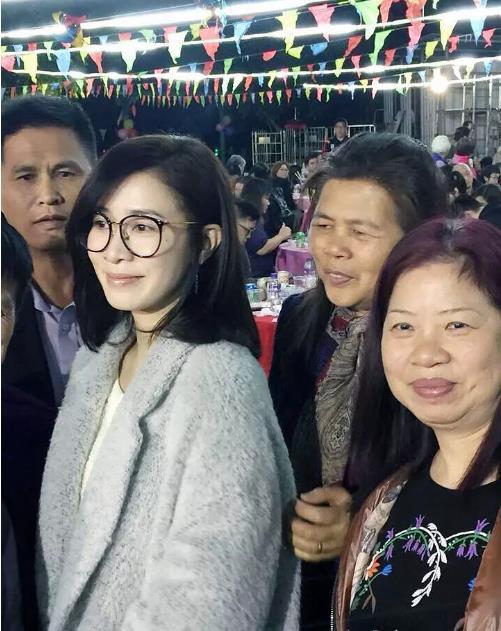 佘诗曼素颜回老家