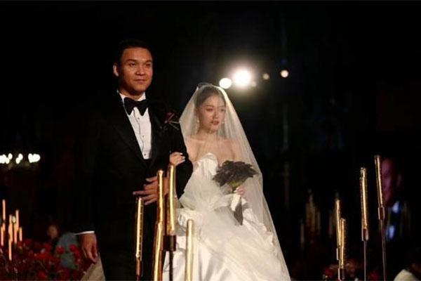导演迎娶好声音选手,李嘉格为车澈演唱新作爱意浓,俩人补办婚姻幸福美满