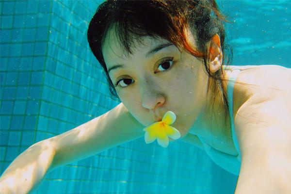 陈意涵玩水下拍照