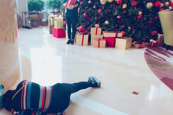 谢娜躺在地上拍照,只为拍出三米高的同事