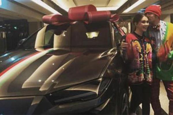 昆凌送周杰伦豪车,周董感慨人生第一次被女生送车