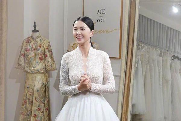 谭维维试婚纱,白色纱裙加身喜笑颜开状态好