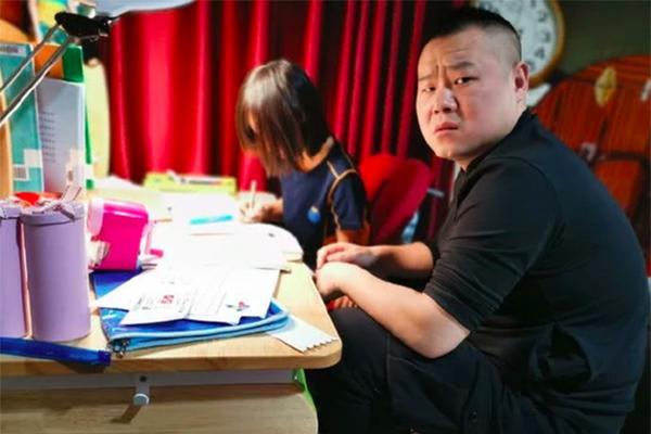 岳云鹏辅导作业,表情狰狞发微博透露一点办法都没有