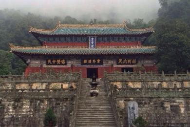 武当山迎来小长假客流高峰,警方拉人墙确保游客安全