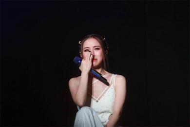 邓紫棋演唱现场情绪崩溃,哭了的样子让心心疼