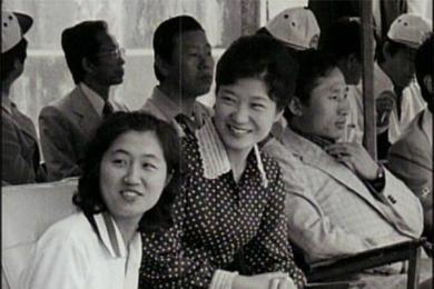 朴槿惠李明博崔顺曾同框,珍稀照片引人关注