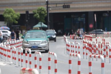 杭州马路现铁桶阵,市民:希望交通部门加强管理