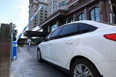 停车费被收1012,工作人员表示升降杆故障导致