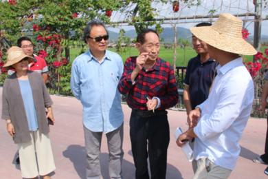 袁隆平访水稻公园,现场听取工作人员汇报工作
