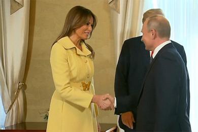 梅拉尼娅与普京握手后申请严肃,像是被吓坏了