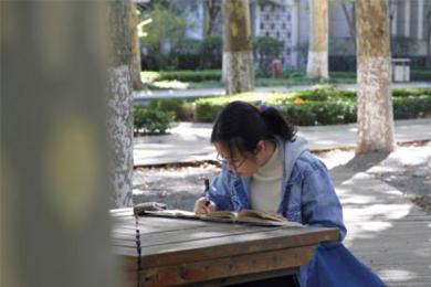 女孩1年读600本书,图书馆女孩从小受父母熏陶