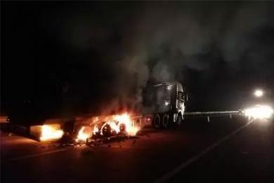 货车着火生蚝被烤熟,记者认真报道之后发现悲剧了
