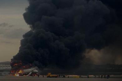 俄航客机疑遭雷击引发火灾,幸存者称看见一道白光