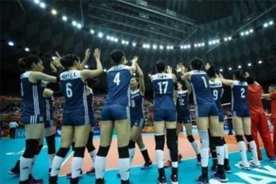 中国女排四连胜,球迷观众席激动大喊