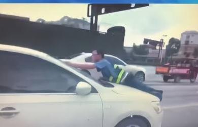 黑车司机拒停车检查,执法人员被顶引擎盖行驶近百米