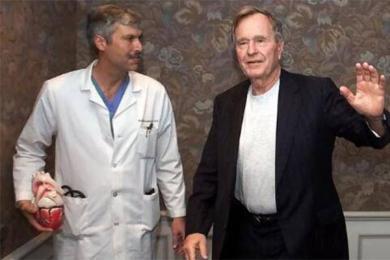 老布什医生中枪,送医抢救不治身亡
