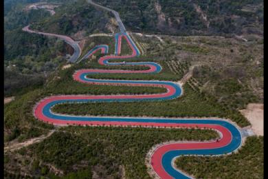 太远山顶现云端彩虹公路,公路自行车赛专用赛道带来独特风景线