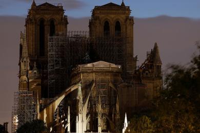 实拍巴黎圣母院夜景,工作人员搭建篷布避免雨水造成二次伤害