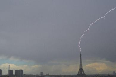 埃菲尔铁塔被击闪电击中,幸运摄影师记录下震撼瞬间