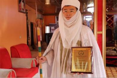 中国小伙当非洲酋长,他的身份看起来更像是文化沟通的桥梁