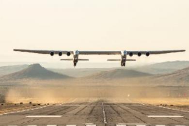 世界最大飞机在加利福尼亚州完成首飞