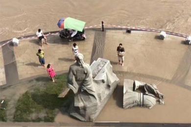 """四川宜宾水退,""""苏东坡""""被冲倒在原地,之后要暂别""""黄庭坚""""了"""