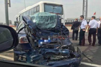 上海高架发生撞车,特拉斯轿车严重变形