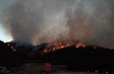 昆明龙池山森林发生火灾,750余人仍在一线奋战