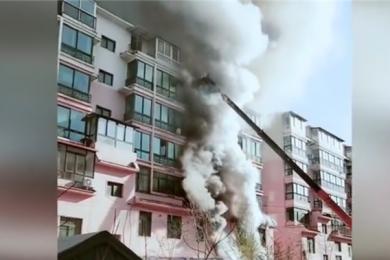商铺起火危上层住户,19岁工地小伙架吊车勇救14人