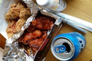 女大学生毕业卖炸鸡,侧面反映了韩国经济现状