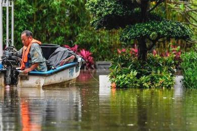 广州遭暴雨袭击,人们通勤难度增加
