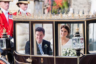英国尤金妮公主大婚,马车游行露出幸福笑容