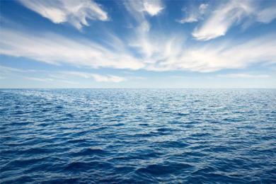 客轮搁浅700人滞留,工作人员为旅客发瓶装水
