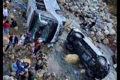 泸沽湖旅游大巴坠河,致8人受伤