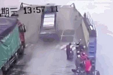 刹车失灵卡车司机放弃逃生,为防止撞人驾车冲进长江