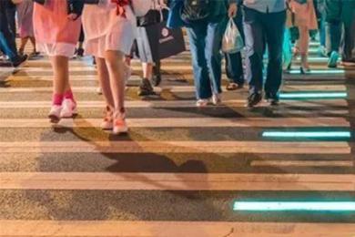 上海使用发光斑马线,低头族有救了