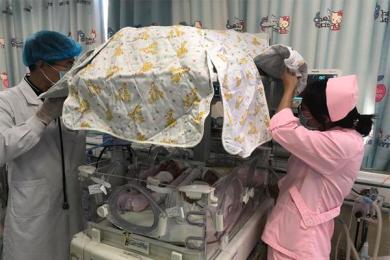 巴掌大早产龙凤胎,轻微的感染都可能危及生命