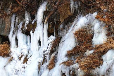 山泉水凝成山涧冰瀑,冬日动人景观