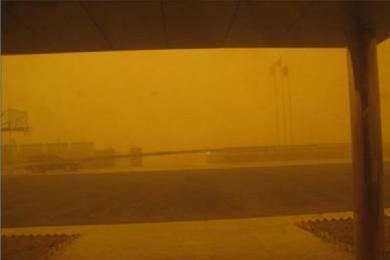 """新疆鄯善现沙尘暴,景区游人被恶劣天气?#26696;?#36208;"""""""