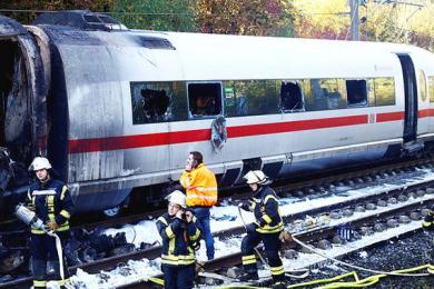 列车行驶途中起火,受损严重车厢烧毁报废