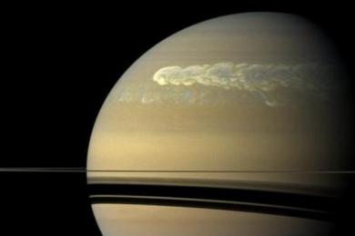 NASA首次公布卡西尼号拍摄到的土星风暴照片