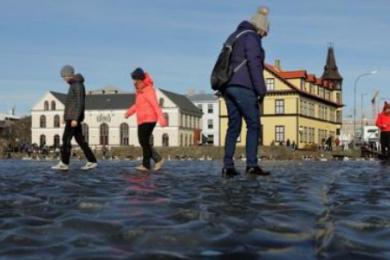 冰岛首都池塘凝结,人们在冰面上上尽情玩耍
