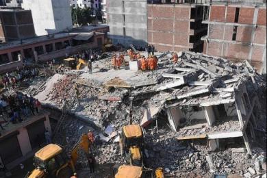 印度两楼房倒塌,二十多人被埋废墟之中