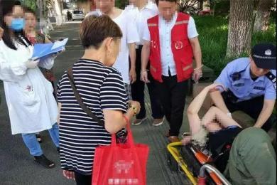 姑娘瘫倒草丛被发现,警察:这种事没少发生