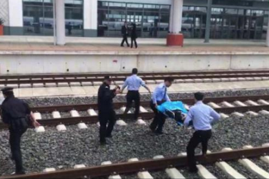 云南16岁少女或轻生遭动车碾压,众人齐心救援保住性命